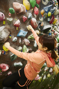 ボルダリングをする女性の写真素材 [FYI04780432]
