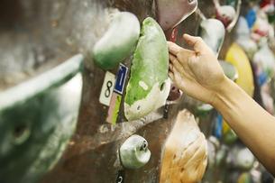 ボルダリングでホールドに指を引っ掛ける男性の手元の写真素材 [FYI04780435]