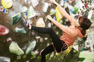 ボルダリングをする女性の写真素材 [FYI04780436]
