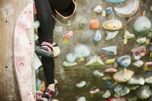 ボルダリングをする女性の足元の写真素材 [FYI04780439]
