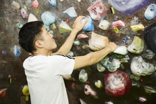 ボルダリングで登るルートを考える男性の写真素材 [FYI04780440]