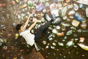 ボルダリングでヒールフックをする男性の写真素材 [FYI04780441]