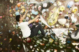 オーバーハングを登る男性の写真素材 [FYI04780442]