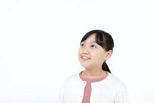 見上げる笑顔の女の子の写真素材 [FYI04780843]