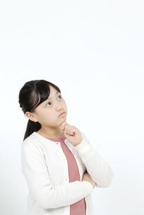 考える女の子の写真素材 [FYI04780845]