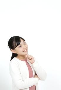 考える女の子の写真素材 [FYI04780846]