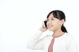 スマートフォンで通話する女の子の写真素材 [FYI04780848]