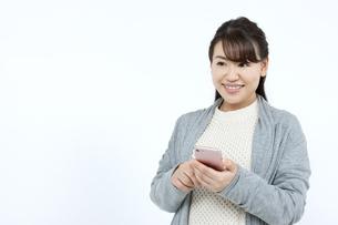 スマートフォンを持つ女性の写真素材 [FYI04780856]