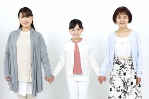 手をつなぐ3世代家族の写真素材 [FYI04780882]