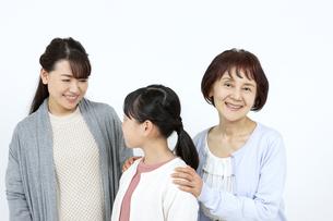 笑顔の3世代家族の写真素材 [FYI04780884]