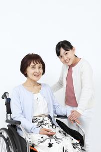 車椅子に乗る祖母と寄り添う孫の写真素材 [FYI04780886]