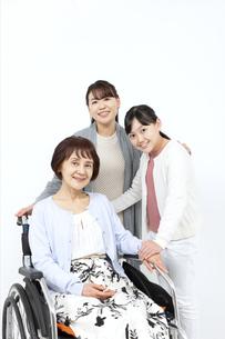 寄り添う笑顔の3世代家族の写真素材 [FYI04780889]