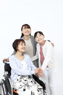 寄り添う笑顔の3世代家族の写真素材 [FYI04780890]