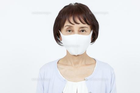マスクを着けたシニア女性の写真素材 [FYI04780905]