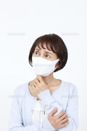 マスクを着けたシニア女性の写真素材 [FYI04780906]