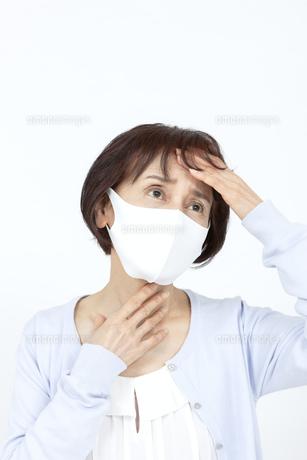 マスクを着けたシニア女性の写真素材 [FYI04780908]