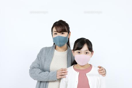 マスクを着けた母娘の写真素材 [FYI04780909]