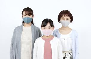 マスクを着けた3世代家族の写真素材 [FYI04780911]