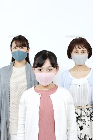 マスクを着けた3世代家族の写真素材 [FYI04780912]
