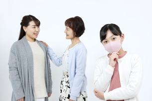 マスクを着けた3世代家族の写真素材 [FYI04780913]