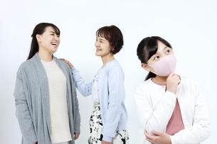 マスクを着けた3世代家族の写真素材 [FYI04780914]