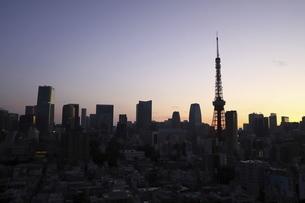 麻布十番から見える東京タワーと港区の高層ビル群の写真素材 [FYI04781078]