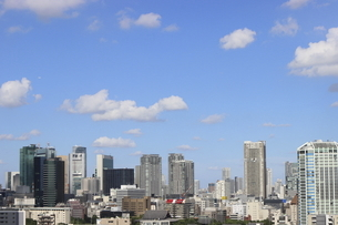 麻布十番から見える虎ノ門から六本木1丁目方面の高層ビル群の写真素材 [FYI04781081]
