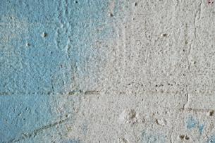 水色と灰色のペンキが塗られた古いコンクリートの壁の写真素材 [FYI04781090]