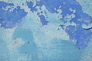 くすんだ青色と水色のペンキが塗られた古いコンクリートの壁の写真素材 [FYI04781093]