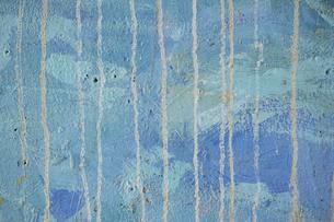 くすんだ青色のペイントに垂れた跡の線が付いている古いコンクリートの壁の写真素材 [FYI04781094]