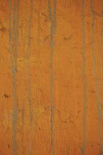 狐色のペイントに垂れた跡の線が付いている古いコンクリートの壁の写真素材 [FYI04781095]