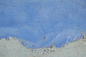 くすんだ青と水色のペンキが塗られた古いコンクリートの壁の写真素材 [FYI04781096]