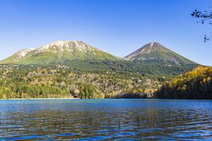 晩秋のオンネトー湖畔から雌阿寒岳・阿寒富士を望むの写真素材 [FYI04781157]