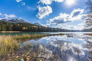 晩秋のオンネトー湖畔から雌阿寒岳・阿寒富士を望むの写真素材 [FYI04781166]