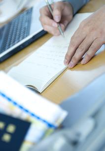 デスクで手紙を書くビジネスマンの写真素材 [FYI04781186]