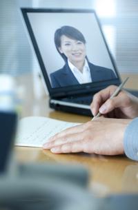 デスクで手紙を書くビジネスマンの写真素材 [FYI04781187]