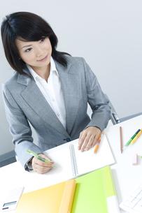 デスクで仕事をするビジネスウーマンの写真素材 [FYI04781203]