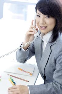 電話をするビジネスウーマンの写真素材 [FYI04781206]