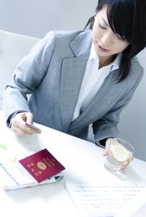 デスクで仕事をするビジネスウーマンの写真素材 [FYI04781207]