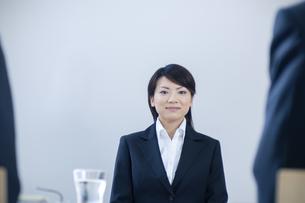 面接を受けるスーツを着た女性の写真素材 [FYI04781216]