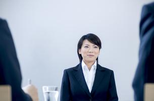 面接を受けるスーツを着た女性の写真素材 [FYI04781217]