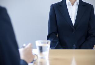 面接を受けるスーツを着た女性の写真素材 [FYI04781218]