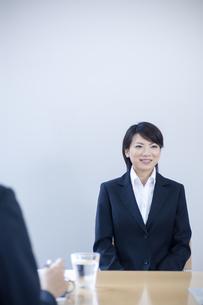 面接を受けるスーツを着た女性の写真素材 [FYI04781220]