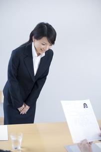 面接官に履歴書を渡す女性の写真素材 [FYI04781222]