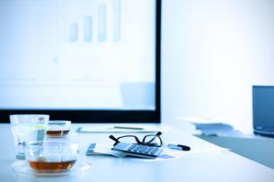 紅茶とレモン水のある会議室の写真素材 [FYI04781226]