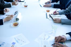 会議をしている男女の手元の写真素材 [FYI04781227]