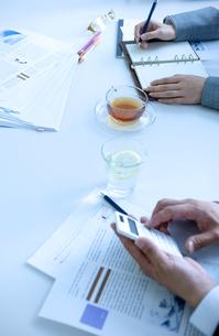会議をしている男女の手元の写真素材 [FYI04781228]