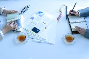 会議をしている男女の手元の写真素材 [FYI04781229]