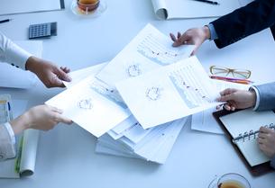 会議をしている男女の手元の写真素材 [FYI04781232]