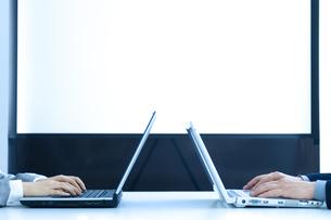 会議室でパソコンをする男女の手元の写真素材 [FYI04781239]